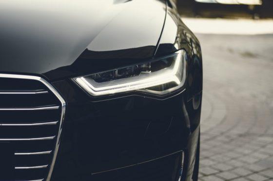 Frontlicht eines Autos. Autofinanzierung. Bankenscore Blog.